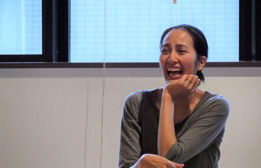 笑顔であごに肘をついているサントーシマ香先生